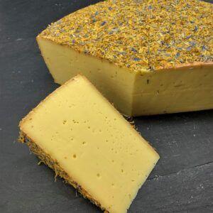 Baldauf med Vildblomster 50+ er produceret af økologisk, tysk hømælk på Baldauf Käse Mejeri og du kan købe den eksklusivt hos Osten ved Kultorvet.