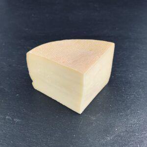 Røde Kristian 50+ er produceret af biodynamisk, dansk mælk på det biodynamiske Gårdmejeri Kristiansminde, der er ejet af Naturmælk Mejeri og du kan købe den eksklusivt hos Osten ved Kultorvet.
