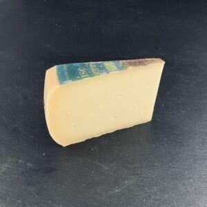 Midsommer Specialost 48+ Lagret, er produceret af økologisk, dansk mælk på Thise Mejeri og sælges hos Osten ved Kultorvet.