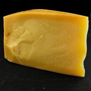 Thybo Specialost 50+ Mellemlagret, er produceret af økologisk, dansk mælk på Thise Mejeri og sælges hosOsten ved Kultorvet.