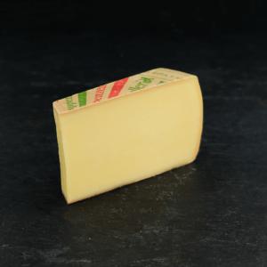 Appenzeller 48+ er produceret af økologisk, schweizisk råmælk fra køer på InterCheese AG Mejeri. Du kan købe denne ost eksklusivt hos Osten ved Kultorvet