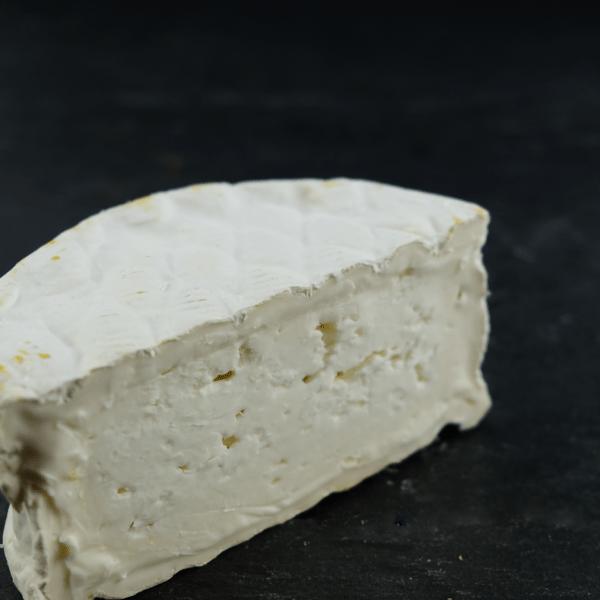 SantaGadeaRed Label Gedebrie er produceret af økologisk, spansk mælk på SantaGadeaMejeri og du kan købe den eksklusivt hosOsten ved Kultorvet.