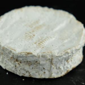 Camembert de Isigny 45+ er produceret af økologisk, fransk råmælk fra køer på Isigny Sainte-Mère Mejeri og du kan købe den eksklusivt hos Osten ved Kultorvet.