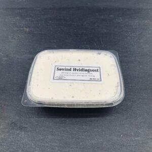 Hvidløgsost er en friskost, der er fremstillet af økologisk, dansk komælk på Søvind Mejeri og sælges hos ved Osten ved Kultorvet.